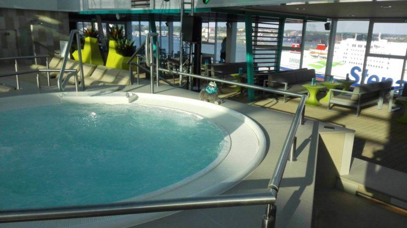 Kreuzfahrtberater Fred am Pool