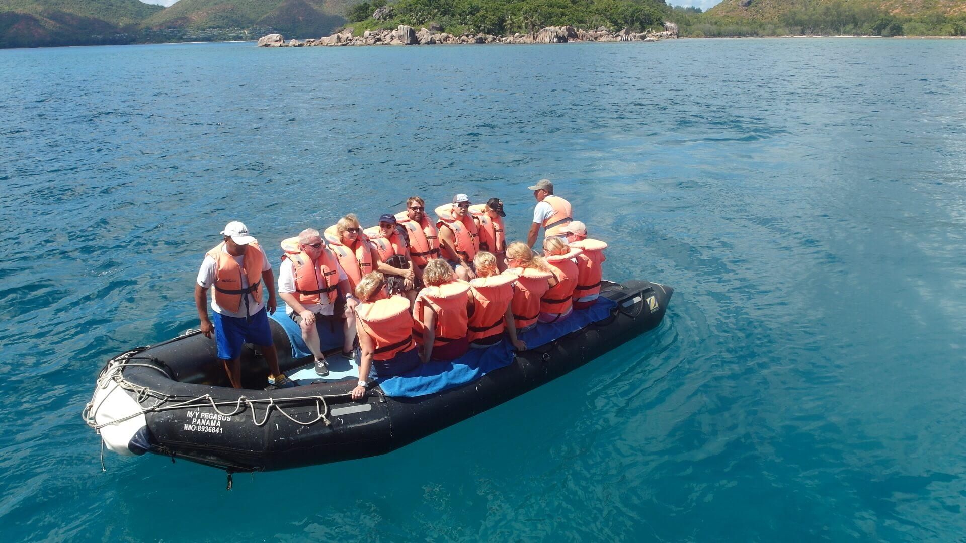 Fred auf den Seychellen – Reisende im Schlauchboot